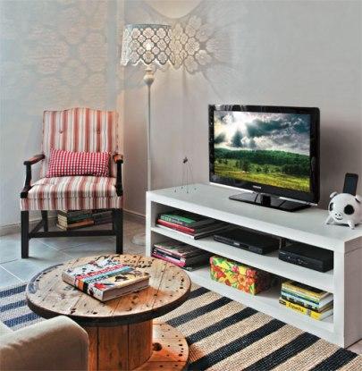 Esta sala aqui inspirou a minha: parede cinza-claro pra destacar o rack branco, poltrona no canto e as ideias de ter uma luminária de chão e uma mesinha feita com bobina de madeira! Está em http://goo.gl/gdrmt